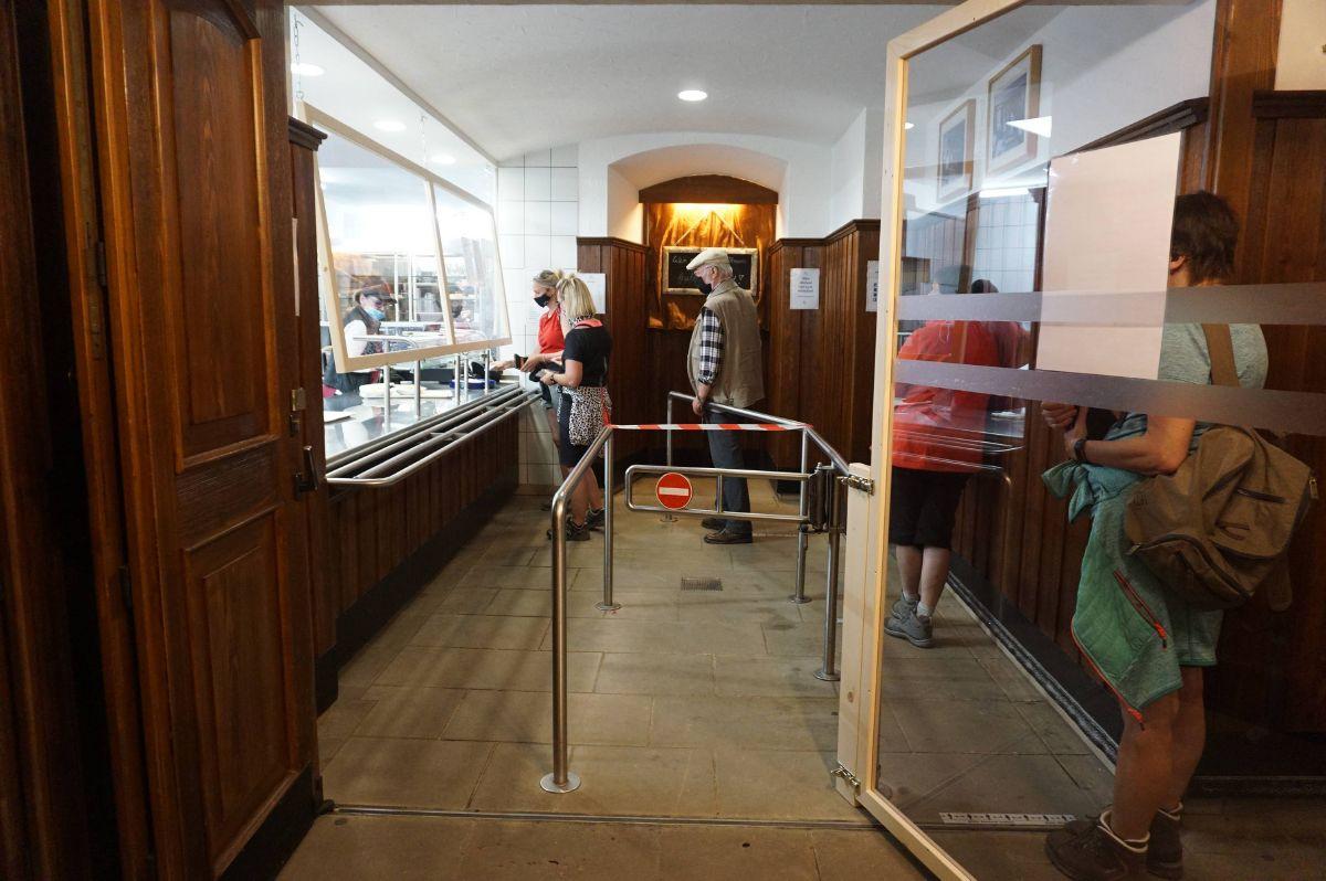 Die Essensausgabe in der Klosterschänke am Kreuzberg wurde so angepasst, dass der in Corona-Zeiten nötige Abstand eingehalten werden kann.