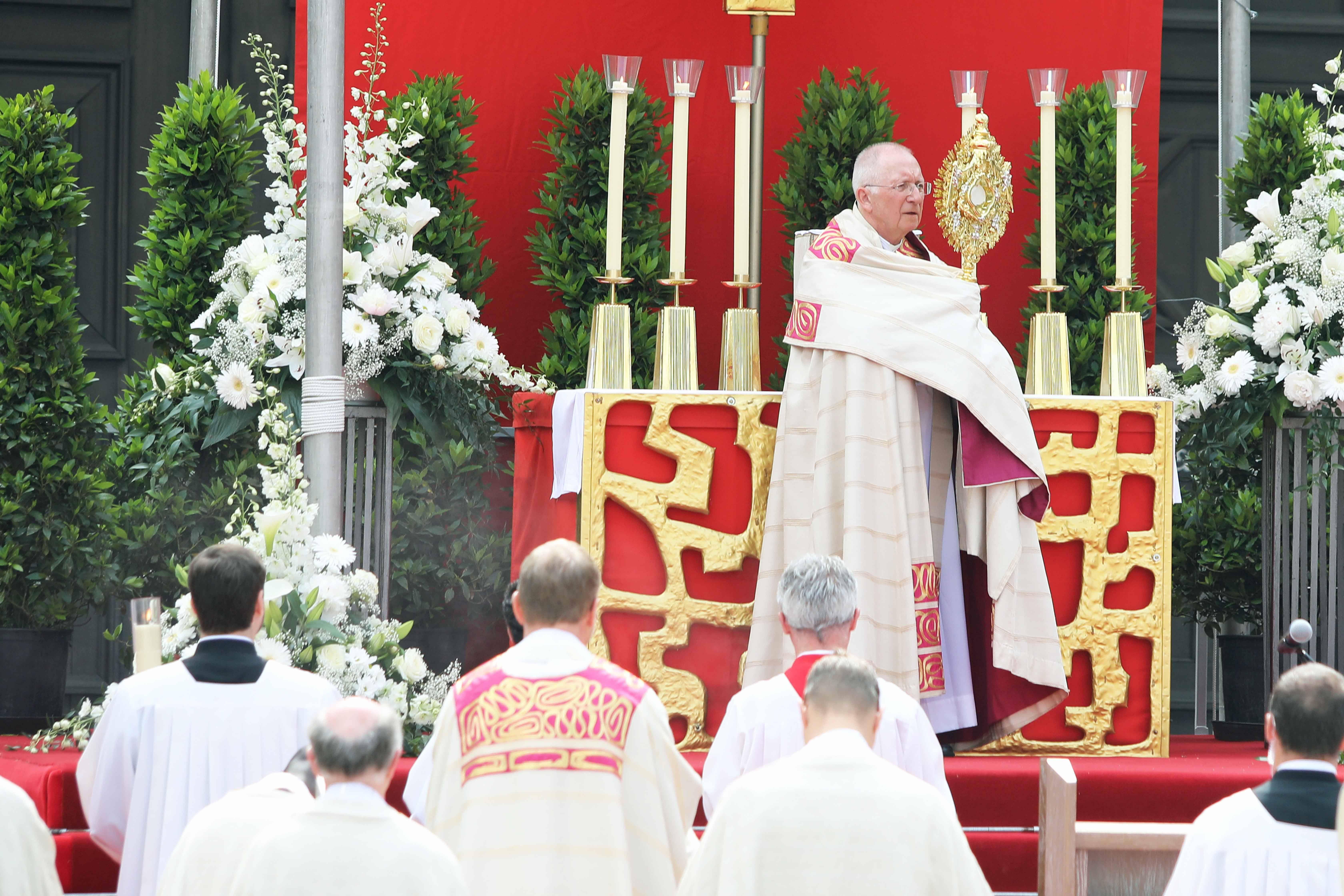 Weihbischof Ulrich Boom wird beim Fronleichnamsgottesdienst Bischof Dr. Franz Jung vertreten. Das Bild entstand bei der Fronleichnamsprozession im Jahr 2018 auf dem Residenzplatz.