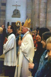 Dr. Franz Jung (links) als Bischofssekretär in Speyer bei einem Pontifikalamt im Jahr 2002 mit Bischof Dr. Anton Schlembach.