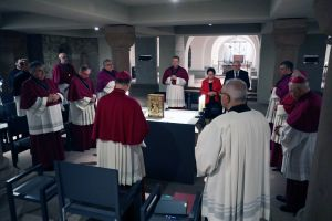 Zu Beginn der Feier in der Domkrpyta gedachten die Anwesenden des am Vortag verstorbenen Bischofs em. von Speyer, Dr. Anton Schlembach.