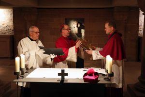 Bischof Dr. Franz Jung (Mitte) überreichte Domdekan Dr. Jürgen Vorndran (rechts) das Evangeliar.