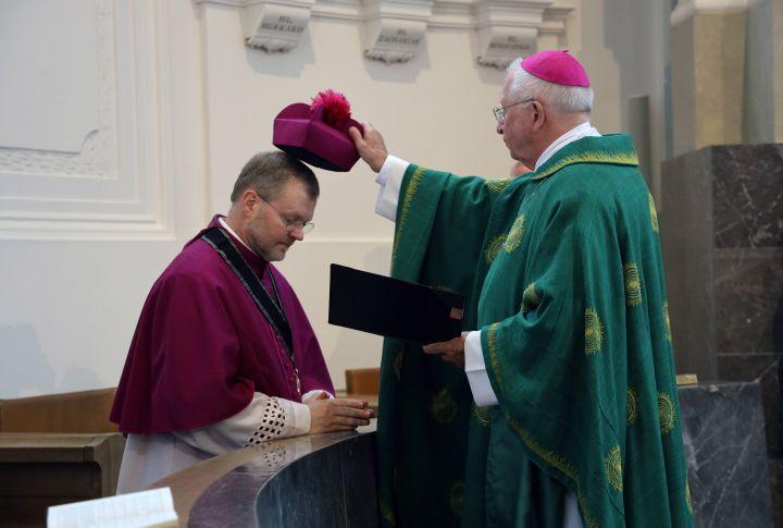 Dompropst Weihbischof Ulrich Boom (rechts) führte bei der Eucharistiefeier Domdekan Dr. Jürgen Vorndran an seinen neuen Platz im Kapitelsgestühl und setzte ihm dort das Birett auf den Kopf.