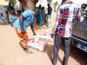 """Hilfsgüter wie Reis und Öl werden an besonders hart betroffene Familien in der Region um Mbar verteilt. Die KLB unterstützt mit der Aktion """"Nothilfe Senegal"""" Menschen in ihrer senegalesischen Partnerdiözese Kaolack."""