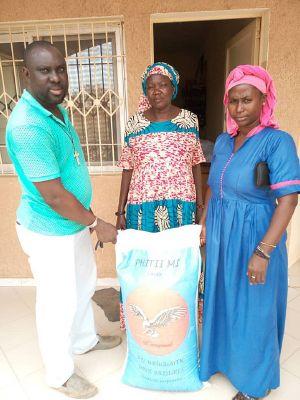 """Start der Verteilaktion von Lebensmitteln wie Reis und Öl in der KLB-Partnerdiözese Kaolack. Die KLB unterstützt mit der Aktion """"Nothilfe Senegal"""" Menschen im senegalesischen Partnerbistum."""