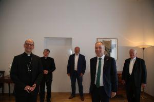 Der irische Botschafter Dr. Nicholas O´Brien (vorne rechts) besuchte Bischof  Dr. Franz Jung (vorne links), Bischof em.  Friedhelm Hofmann (hinten rechts) und Ordinariatsrat Monsignore Dr. Matthias Türk. (hinten links) Matthias Fleckenstein (hinten Mitte) von der Deutsch-Irischen Gesellschaft Würzburg begleitete den Botschafter.