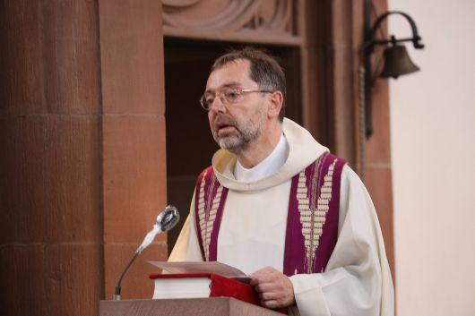 Pfarrer Dr. Matthias Leineweber von der Gemeinschaft Sant'Egidio kritisierte die Kriminalisierung der Seenotrettung.