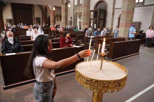 Bei einem ökumenischen Gebet in der Würzburger Marienkapelle am Weltflüchtlingstag, 20. Juni, wurde der Menschen gedacht, die im vergangenen Jahr auf der Flucht ihr Leben verloren. Unter anderem wurden für sie Kerzen entzündet.