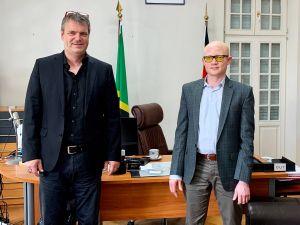 Dr. Abdallah Saleh Possi (rechts), tansanischer Botschafter in Deutschland, dankt Jochen Hackstein, Geschäftsführer des Vereins Würzburger Partnerkaffee, für die Unterstützung in der Coronakrise. Der Verein spendete 40.000 Euro für das Litembo-Krankenhaus.