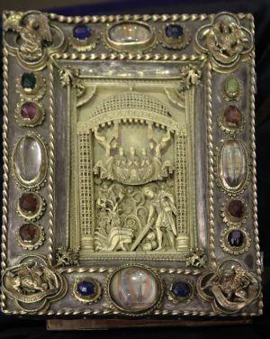 Die Elfenbeinschnitzerei auf dem Kiliansevangeliar, das heute in der Würzburger Universitätsbibliothek aufbewahrt wird, stammt aus dem 11. Jahrhundert und zeigt das Martyrium der Frankenapostel Kiliani, Kolonat und Totan.