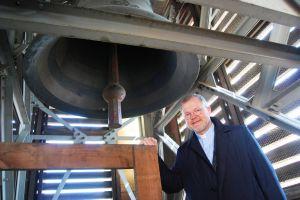 Dompfarrer Dr. Jürgen Vorndran schätzt die Glocken des Doms sehr. Das Bild zeigt ihn mit der Kiliansglocke.