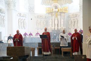 Bischof Dr. Franz Jung feierte gemeinsam mit Bischof em. Dr. Friedhelm Hofmann (rechts) und Weihbischof Ulrich Boom (links) einen Gedenkgottesdienst für den verstorbenen Bischof em. Dr. Paul-Werner Scheele im Würzburger Kiliansdom.