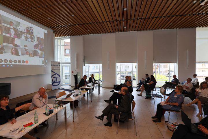 Die außerordentliche Vollversammlung des Diözesanrats war eine Hybridveranstaltung: Rund 60 Delegierte verteilten sich auf zwei Räume im Burkardushaus, die übrigen rund 40 waren per Videokonferenz über das Internet zugeschaltet.