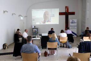 Ein Teil der 60 Teilnehmer vor Ort verfolgte die Sitzung via VIdeobildschirm in einen zweiten Saal des Burkardushauses.