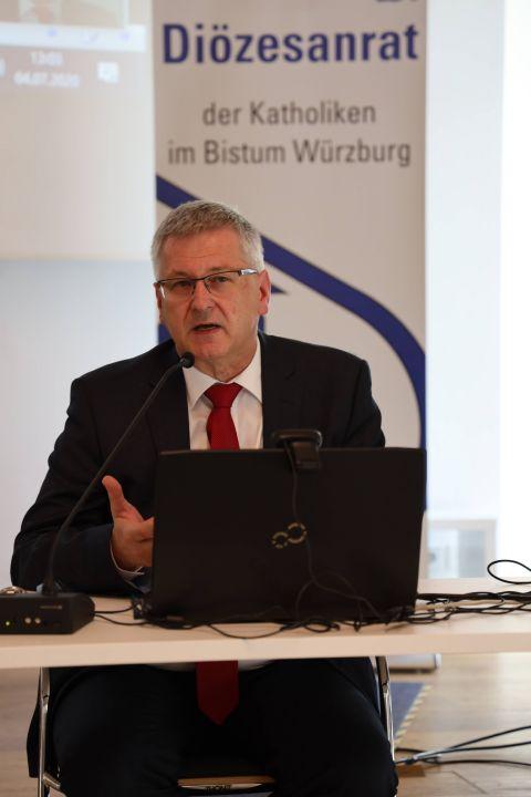 Dr. Michael Wolf, Vorsitzender des Diözesanrats der Katholiken im Bistum Würzburg, kritisierte die kirchlichen Unterzeichner eines Briefs, die in den Beschränkungen während der Corona-Pandemie die Vorzeichen einer religionsfeindlichen  Weltregierung sahen.