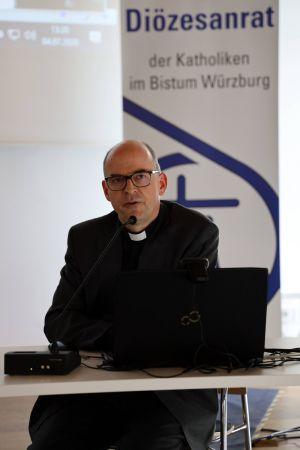 Bischof Dr. Franz Jung warb für Zustimmung zu der geographischen Umschreibung der geplanten 39 Pastoralen Räume im Bistum Würzburg.