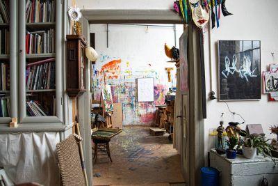 Zum offenen Atelier lädt Benediktinerpater Meinrad Dufner  in das Atelierhaus der Benediktinerabtei Münsterschwarzach ein.