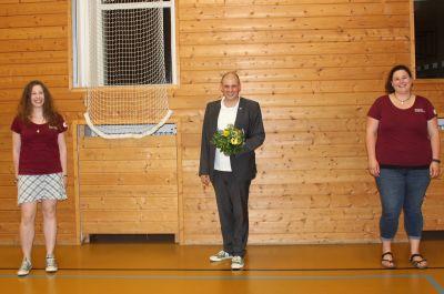 Pastoralreferent Florian Meier ist neuer Diözesanlandjugendseelsorger. Zur Wahl gratulierten ihm die Diözessanvorsitzenden Rebekka Hettrich (links) und Regina Mack.