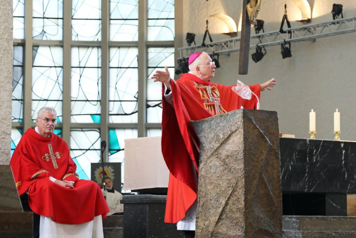 Weihbischof Ulrich Boom feierte am Donnerstag, 9. Juli, einen Kiliani- Pontifikalgottesdienst in der Schweinfurter Pfarrkirche Sankt Kilian. Links Pfarrer Joachim Morgenroth.