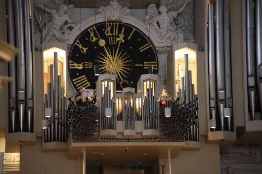 Mit Orgel- und Trompetenklängen wurde der Pontifikalgottesdienst zum Jubiläum der Mitarbeitervertretung (MAV) im Bistum Würzburg am Montag, 13. Juli, eröffnet.