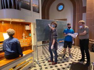 Endlich wieder C-Kurs! Hier lauschen an der Orgel – Sarafina Schenk, an der Tafel – Elisabeth Ludwig, und Fabian Lorey den Ausführungen Gregor Fredes (ganz rechts) zum Fach Tonsatz.