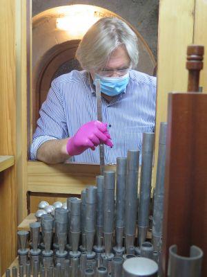 Zwar können sich Orgelpfeifen nicht anstecken, aber es lohnt nicht, Handschuhe und Mundschutz abzunehmen, wenn man schnell ein paar Zungenregister stimmt, so wie hier Regionalkantor Peter Rottmann.