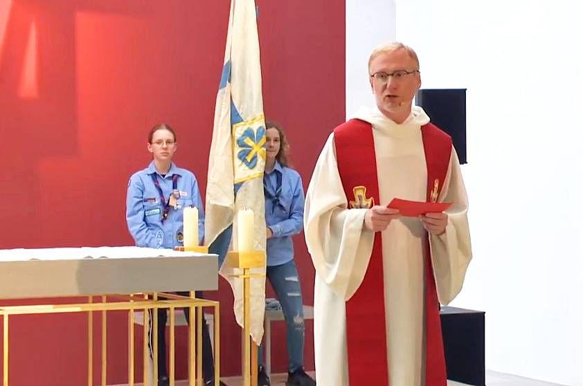 In der Jugendkirche in Würzburg feierte Diözesanjugendseelsorger Stephan Schwab zum Kiliani-Tag der Jugend ein Abendlob mit den Jugendlichen und jungen Erwachsenen.