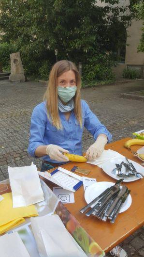 Diözesankuratin Julia Stöhr von der Pfadfinderinnenschaft Sankt Georg bereitet die Schokobananen für das Lagerfeuer vor.