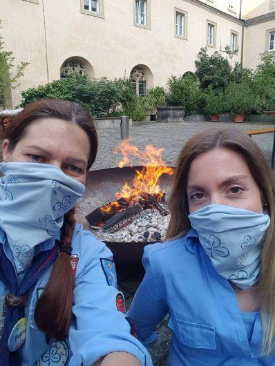 Selfie vor dem Lagerfeuer: Petra Scheuermayer (links) und Julia Stöhr von der Pfadfinderinnenschaft Sankt Georg boten im Innenhof des Kilianeums-Haus der Jugend Schokobananen zum Selberbrutzeln an.