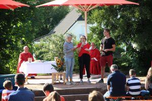 Im Garten des Jugendhauses Sankt Kilian in Miltenberg feierte Weihbischof Ulrich Boom einen Jugendgottesdienst mit rund 120 Kindern, Jugendlichen und Erwachsenen.