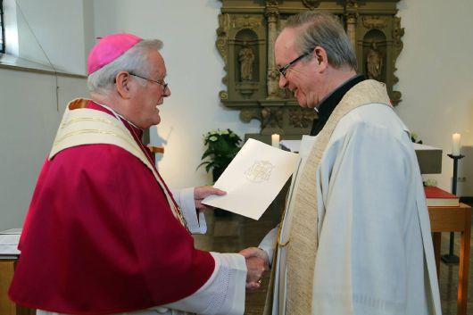 Bischof Dr. Friedhelm Hofmann beim Überreichen der Ernennungsurkunde an Generalvikar Thomas Keßler