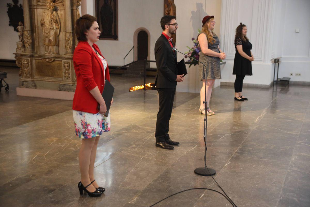 Bei einem Gottesdienst im Kiliansdom hat Bischof Dr. Franz Jung am Freitagabend, 17. Juli, (von rechts) Katharina Heppel (31), Sandra Lohs (29), Johannes Schulz (29)  und Hanna Lutz-Hartmann (25) beauftragt.