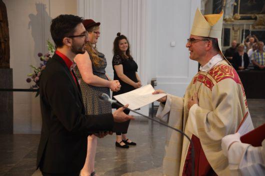Bei einem Gottesdienst im Kiliansdom hat Bischof Dr. Franz Jung am Freitagabend, 17. Juli, Johannes Schulz als Pastoralreferent beauftragt.