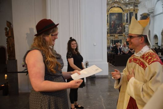Bei einem Gottesdienst im Kiliansdom hat Bischof Dr. Franz Jung am Freitagabend, 17. Juli, Sandra Lohs  als Pastoralreferentin beauftragt.