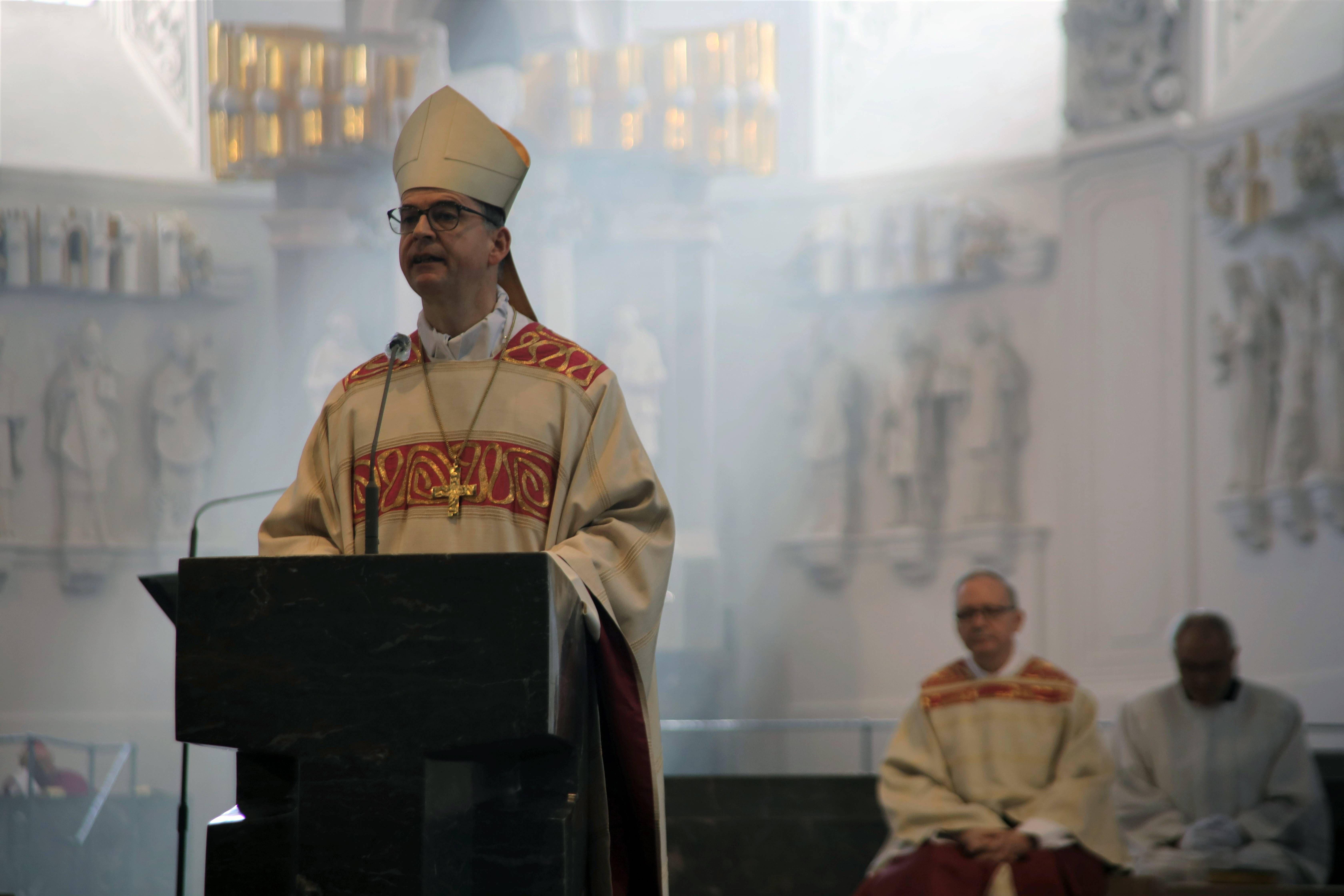 Bei einem Pontifikalgottesdienst hat Bischof Dr. Franz Jung im Würzburger Kiliansdom die Verdienste des scheidenden Generalvikars Thomas Keßler (2. von rechts) gewürdigt.