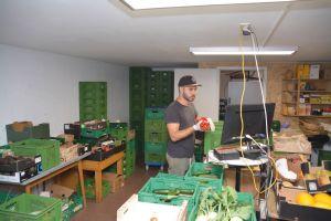 Julian Dünninger hilft seinen Eltern beim Verpacken der Kisten, in denen Biolebensmittel zu den Kunden des Demeterhofs transportiert werden.
