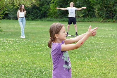 Freizeitspaß trotz Abstand: Eine Spielrunde beim Sommerprogramm des Projekts Jugendtreff auf dem Aschaffenburger Freiraum Rosenberg.