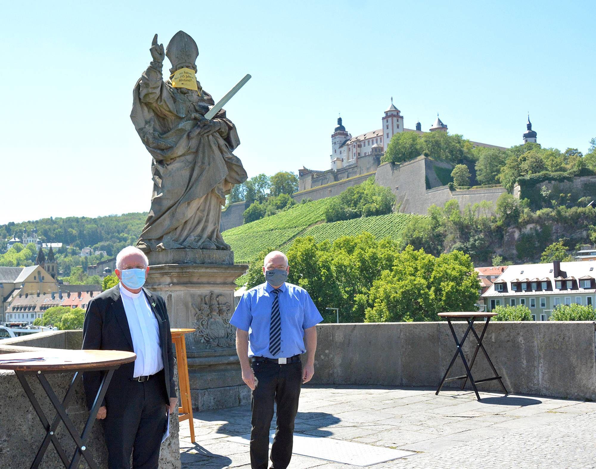 Weihbischof Ulrich Boom (links) und Kommunalreferent Wolfgang Kleiner appellieren vor dem heiligen Kilian an die Menschen, mit Abstand achtsam zu sein und die Nächsten zu schützen.