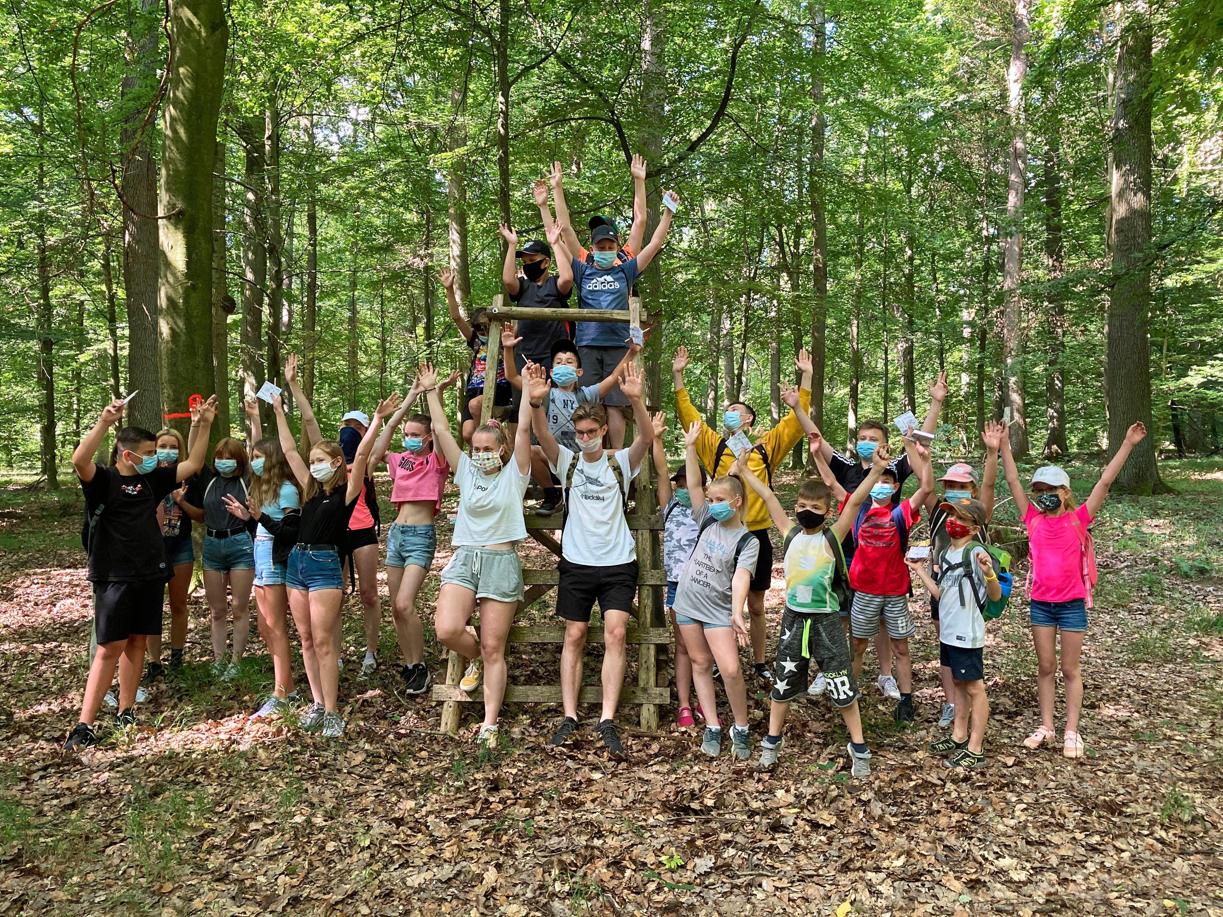 Beim Gang mit dem Förster durch die Natur erfuhren die Kinder und Jugendlichen viel über den heimischen Wald.