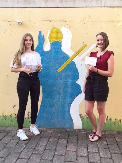 Annalena Eck (links) und Daniela Vad haben im Jugendhaus Sankt Kilian in Miltenberg erfolgreich die Ausbildung als Kauffrau für Büromanagement beziehungsweise staatlich geprüfte Betriebswirtin für Ernährungs- und Versorgungsmanagement abgeschlossen.