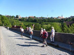 29 Frauen und Männer sind bei einer religiösen Wanderfreizeit auf dem europäischen Wasserscheideweg von Ansbach bis Schillingsfürst gewandert. Das Foto entstand auf dem Streckenabschnitt bei Rothenburg.