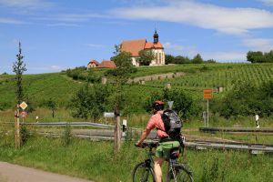 """Kurz vor Volkach lohnt sich ein kurzer Abstecher hoch zur Wallfahrtskapelle """"Maria im Weingarten""""."""