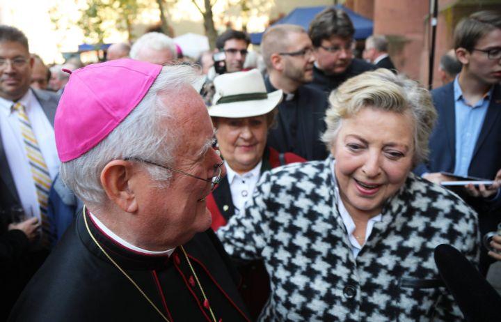 Bischof em. Dr. Friedhelm Hofmann und Marie-Luise Marjan verbindet eine lange Freundschaft. Das Foto entstand bei der Feier des 25. Jubiläum seiner Bischofsweihe im Jahr 2017.