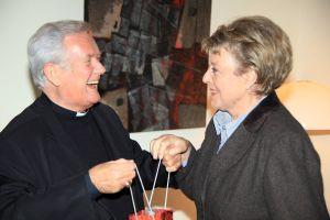 Bischof Dr. Friedhelm Hofmann und Marie-Luise Marjan kennen sich schon seit den 1980er Jahren. Das Foto entstand bei einem Besuch im Würzburger Bischofshaus im Jahr 2010.