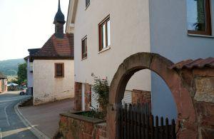 Der alter Sandsteinbogen und die Kapelle im 1280 erstmals schriftlich erwähnten Hofgut Klotzenhof.