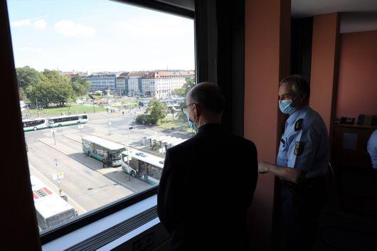 Polizeidirektor Dr. Sven Schultheiß (rechts)  blickt mit Bischof Dr. Franz Jung aus dem Fenster des Hochhauses am Würzburger Hauptbahnhof. Dort ist die Dienststelle der Bundespolizeiinspektion Würzburg untergebracht.