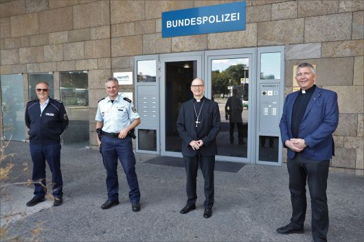 Begrüßten Bischof Dr. Franz Jung (2. von rechts) bei der Bundespolizei in Würzburg (von links): Erster Polizeihauptkommissar Gerhard Englert, Polizeidirektor Dr. Sven Schultheiß und Pfarrer Norbert Achcenich, Katholischer Seelsorger in der Bundespolizei.