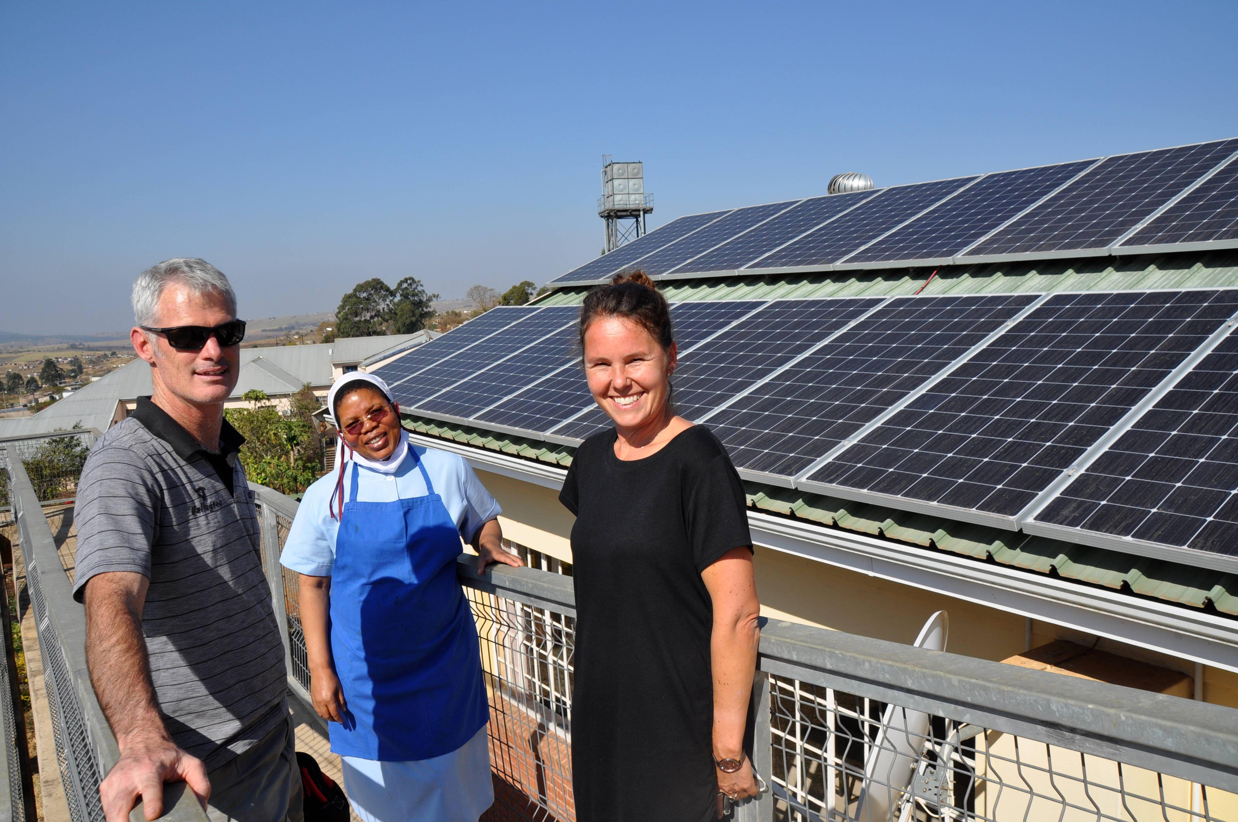 Freuen sich über die neue Solaranlage, die dank Spenden aus Deutschland im Kinderheim Sankt Joseph in Südafrika installiert wurde (von rechts): Julia Scharnagl, Schwester Assumpta Hadebe und Gary Upfold, Inhaber der Firma Valleytec.