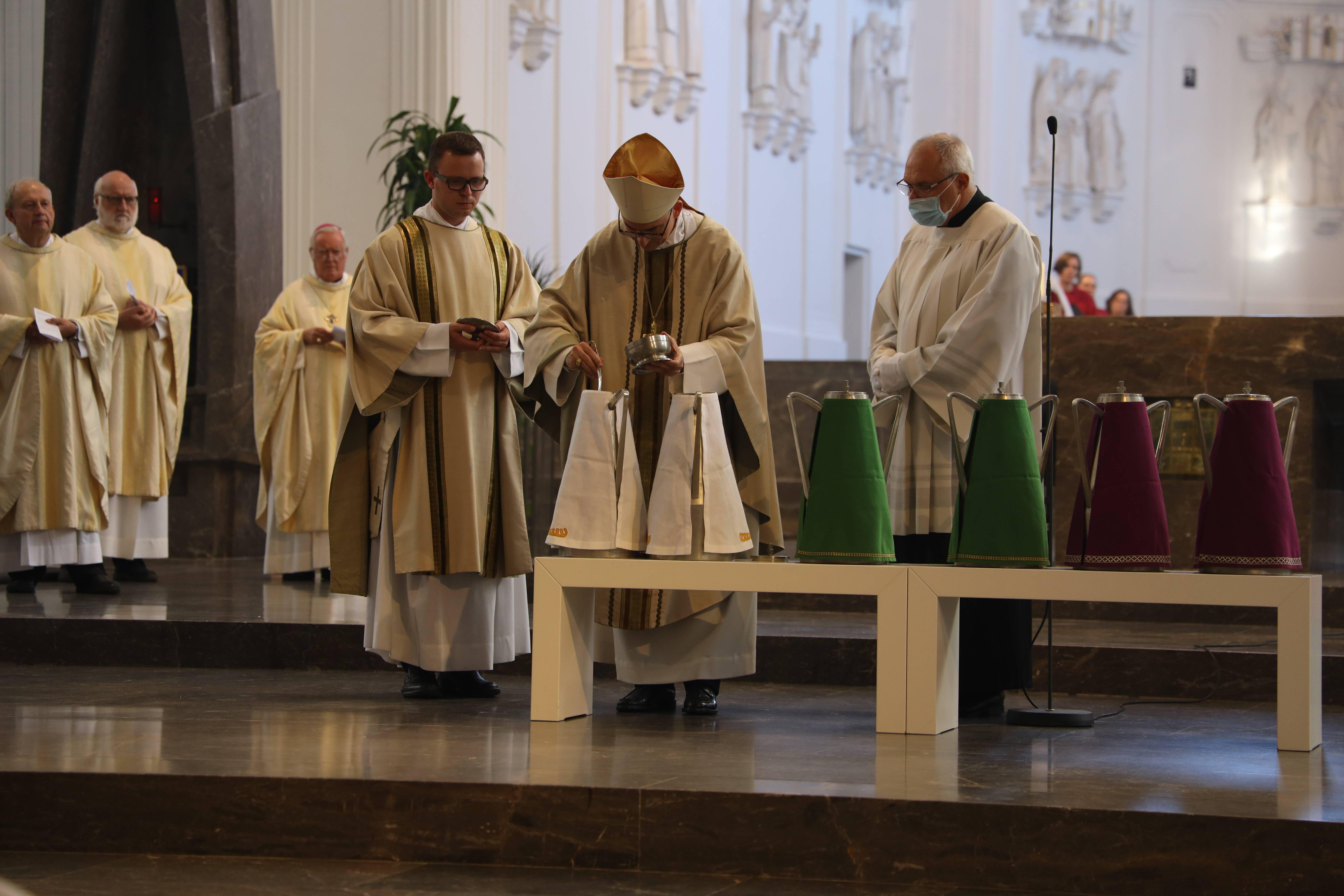 Bei der Missa Chrismatis im Würzburger Kiliansdom hat Bischof Dr. Franz Jung am Dienstag, 8. September, die Heiligen Öle für das Bistum Würzburg geweiht.