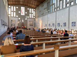 Weihbischof Ulrich Boom spendete in Aschaffenburg erstmals seit dem Corona-Lockdown wieder jungen Menschen das Sakrament der Firmung.