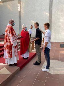 Weihbischof Ulrich Boom (2. von links) spendete in Aschaffenburg erstmals seit dem Corona-Lockdown wieder jungen Menschen das Sakrament der Firmung. Dabei assistierte ihm Diakon Michael Völker (links)